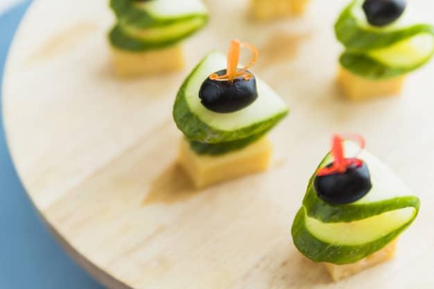 מגשי אירוח חלביים לקיץ: רעיונות צוננים לאורחים רעבים