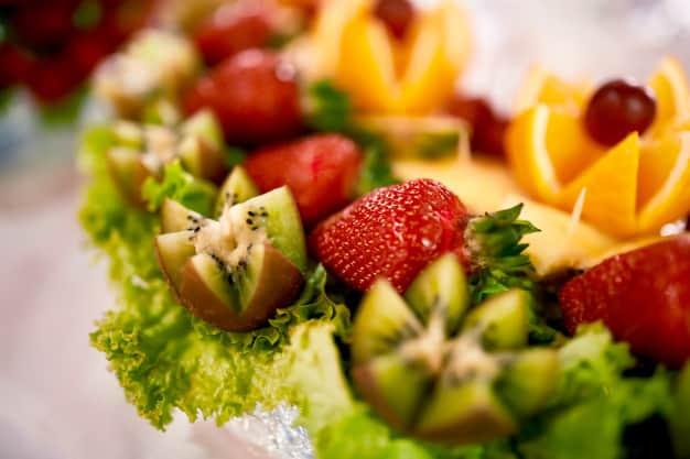 מגשי אירוח עם פירות מרעננים בטעם של קיץ